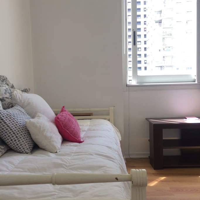 Single room - comfy bed and open view - Closet and desk available :)