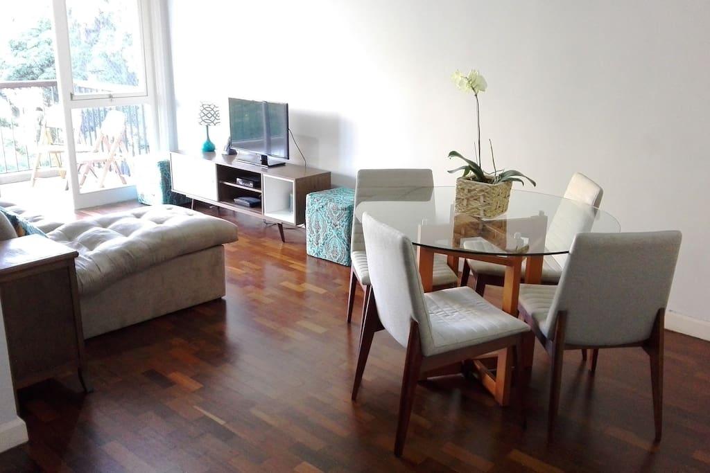 Sala de estar ampla / Spacious living room