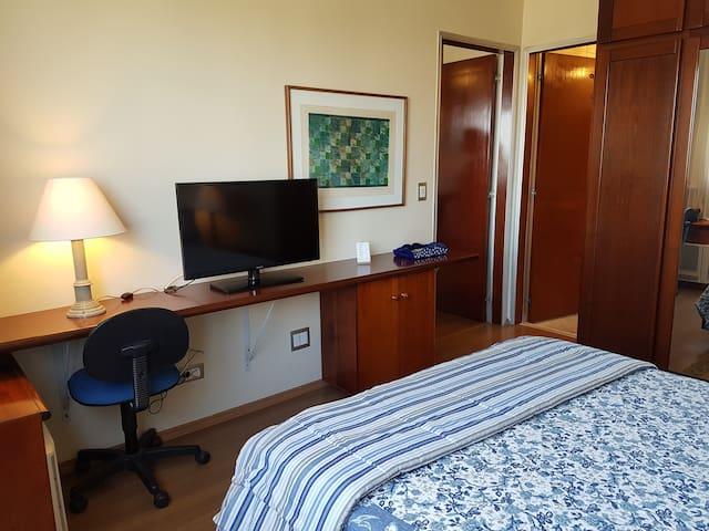Suíte: armários embutidos, cabides, cofre, pequena mesa para trabalho, ar condicionado, tv 32 polegadas