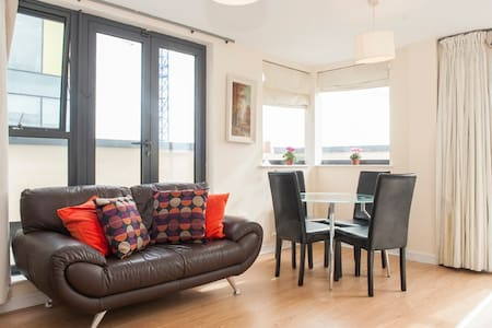 Bright Apartment off Grand Canal Square in D 2 - Dublin - Apartment