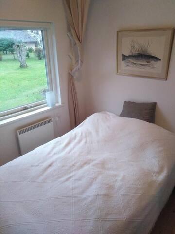 Soveværelse 2 - lille dobbeltseng mod haven