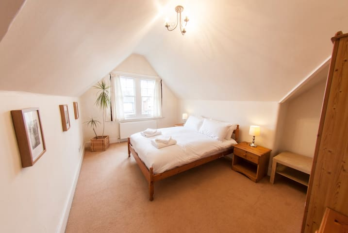 Bright, Airy 2BR Ealing Broadway Flat for 4