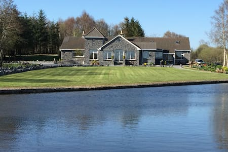 Beautiful Rustic Lakeshore Fishing Lodge in Cong - Cong