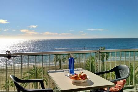 Una terraza sobre el Mediterráneo