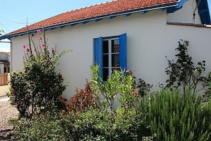Charming 'maison Charentaise' close to beach