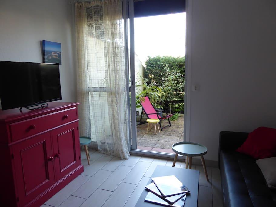 Salon avec vue sur la terrasse privée