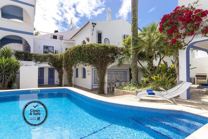 Villa Oasis, Hidden Gem, Heart of Village, Pool & Courtyard