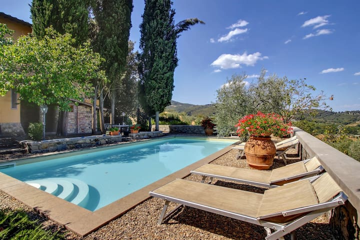 Panoramic country villa with private pool