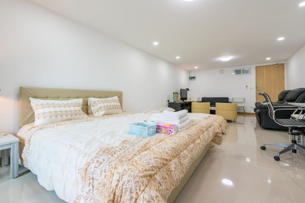 Newly renovated. Big studio room for 4 guests 1 double+ 2 single floor mattress.