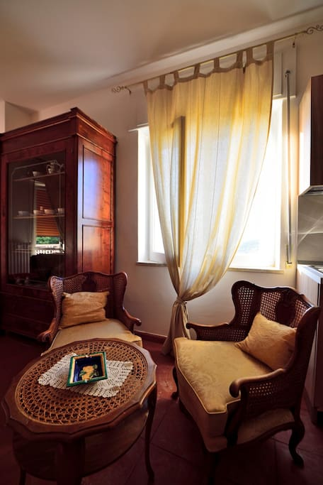 Confortevole ambiente con finestra vista golfo.  Comfortable environment, window facing the gulf.