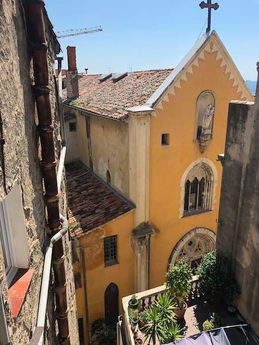 L'appartement donne sur une rue très calme, avec vue sur l'église / Quiet appartment with nice vew
