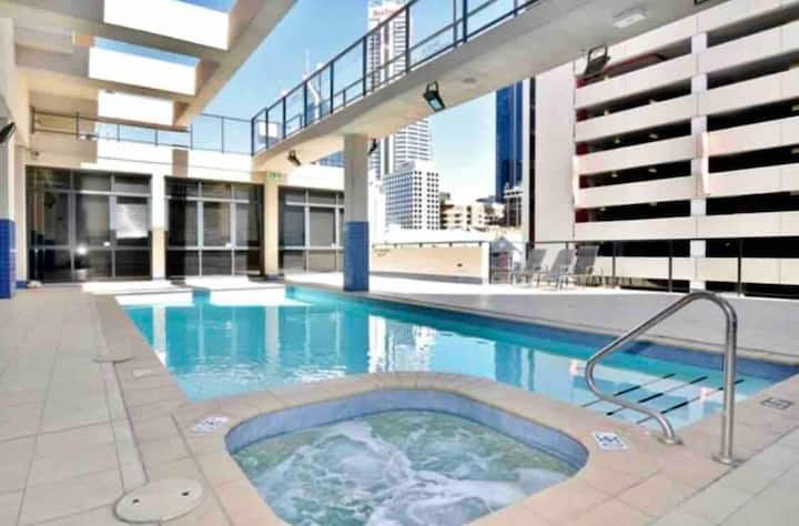 CITY CENTRAL king size room w wifi, pool, gym