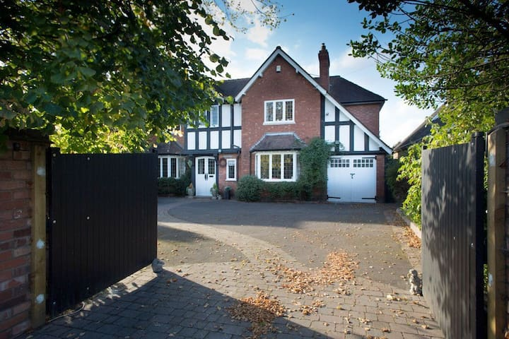 5 Bedroom Detached Home in Luxury Surroundings - Dorridge - Talo