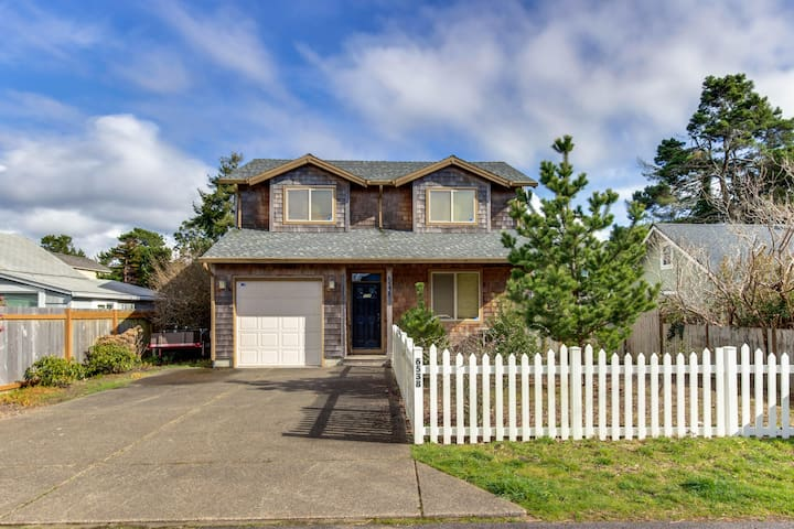 Modern, dog-friendly home - private hot tub, gas fireplace, close to the bay