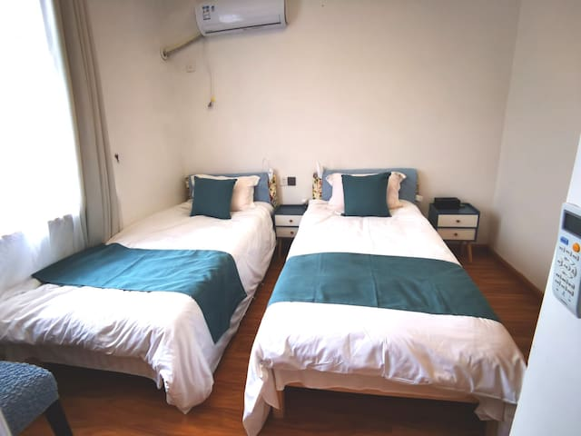 整洁干净明亮的双床房。