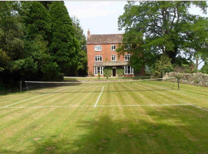 Boulsdon Croft with hottub summer pool and tennis
