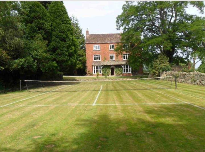 Boulsdon Manor with hottub, summer pool & tennis