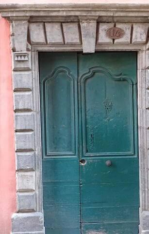 """Porte d'entrée """"côté rue"""""""
