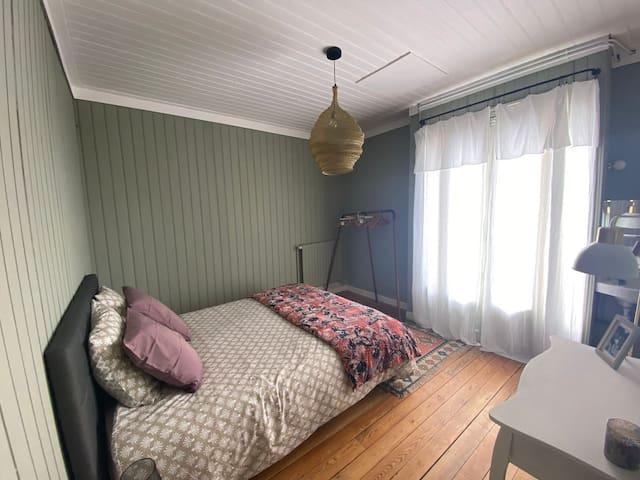 La chambre donne sur une terrasse à la vue panoramique.