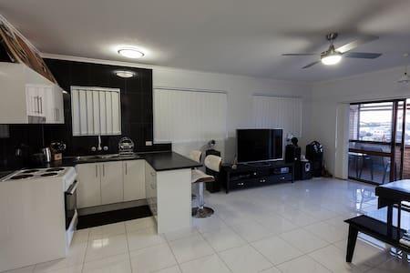 Modern 2 bedroom house/apartment on the Tweed. - Tweed Heads