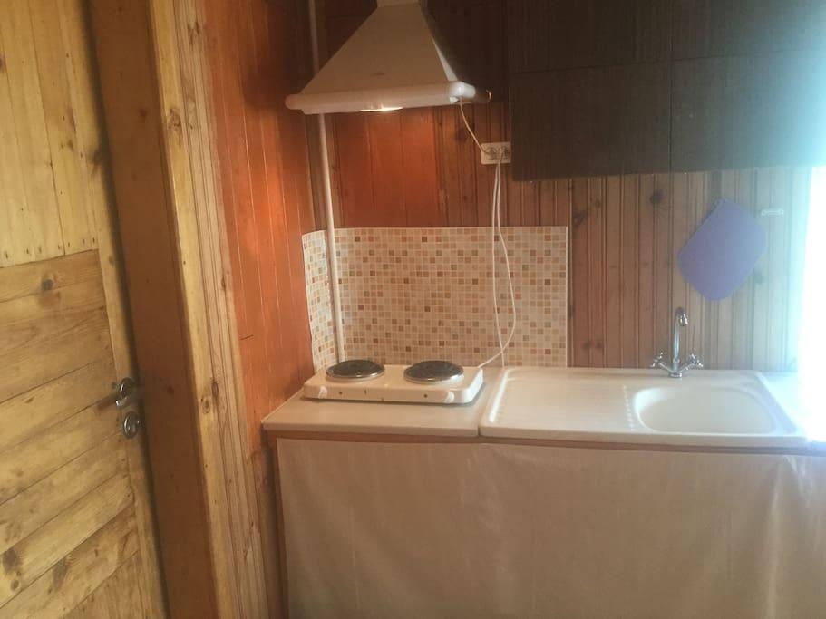 Небольшая кухня, плита, раковина, холодильник