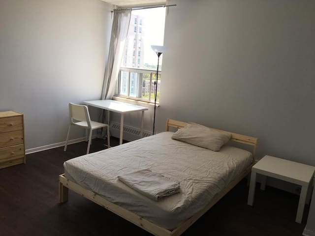 Huge Private Room, 4 min walk to Sub, 10min to DT