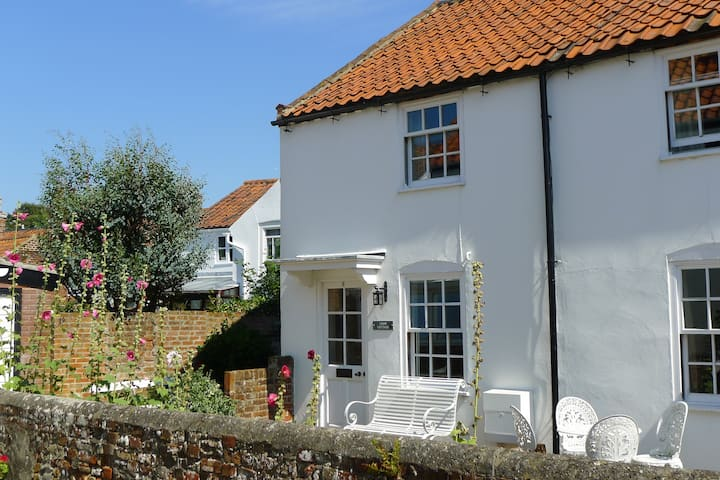 Loom Cottage 9 mins walk to beach -with a garage!!