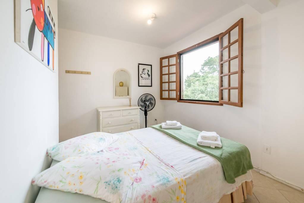 Ampla janela com veneziana e tela protetora
