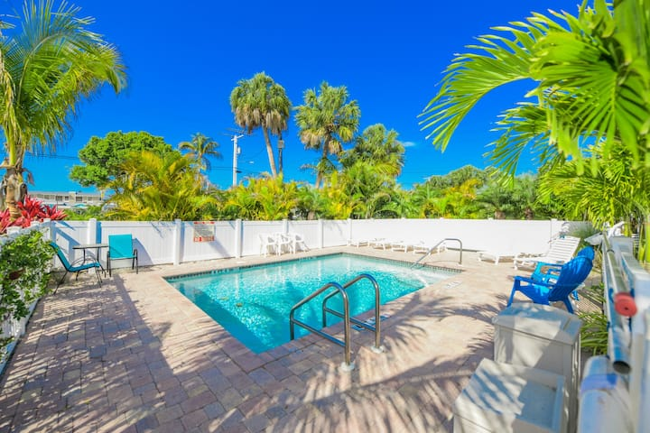 Sunny 1 bedroom unit at beautiful Driftwood on Anna Maria Island! Close to beach!