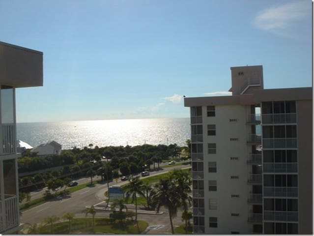 Penthouse Studio Great Views, 5 min walk to beach!