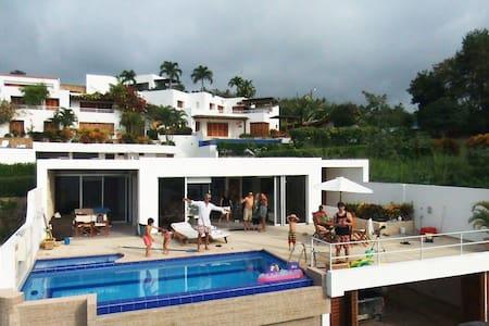 LUXURIOUS BEACH HOUSE /POOL sleep 13 - Casa