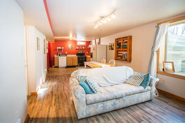 Quiet apartment close to music venues and the U