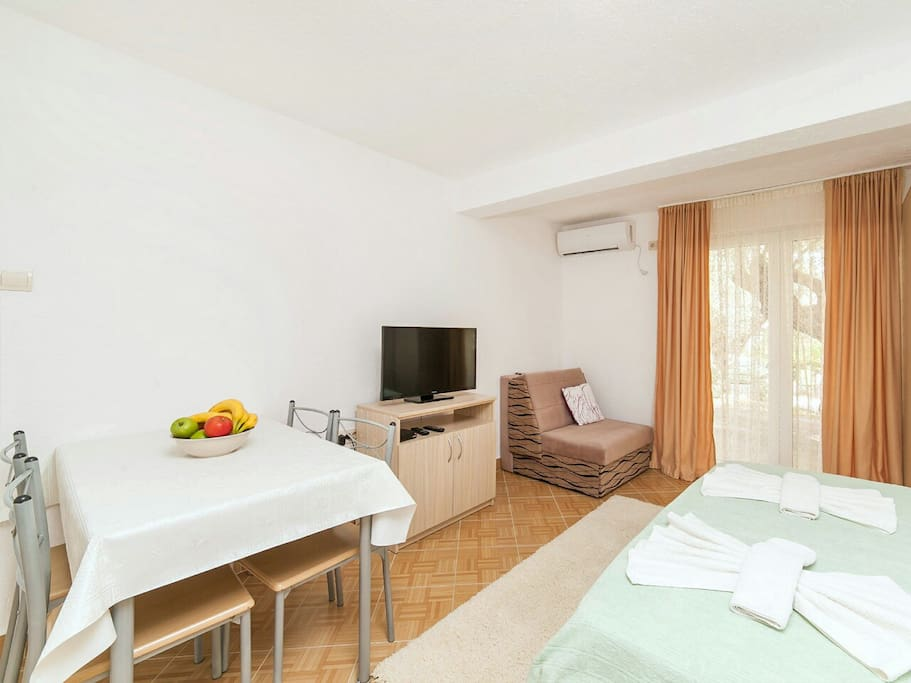 The apartment is air conditioned, offers a fridge, kitchen, cable TV & free Wi-Fi.