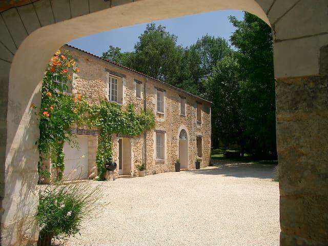 """façade de """"La Maison"""" côté cour"""