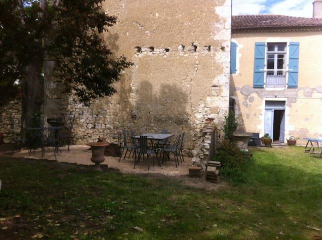 Ancien presbytere au coeur du village - Mauvezin - Řadový dům