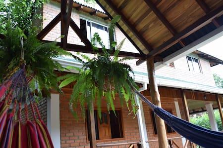 Habitación de cabaña en Minca con baño privado.