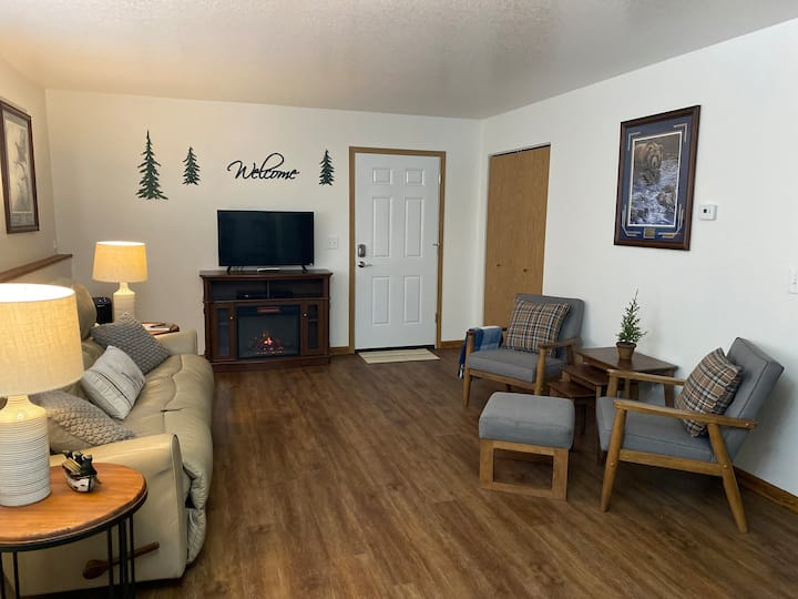 2 bedroom, 1 bath, quiet lodge with forest view!