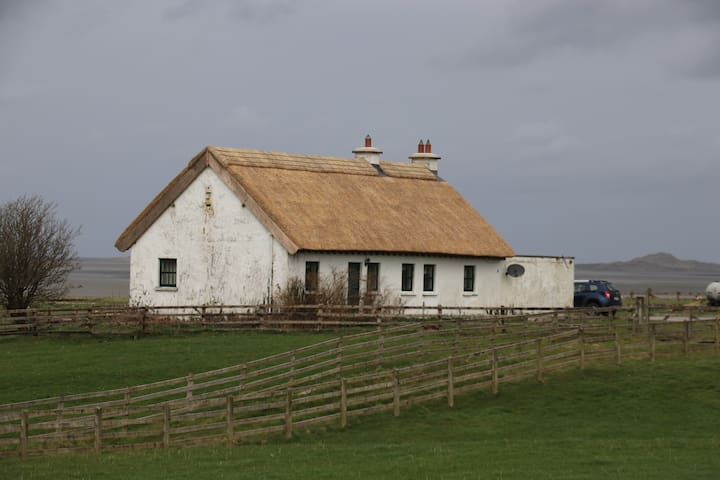 Modern Thatched Cottage - sleeps 4