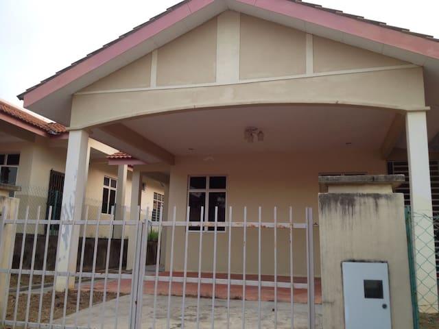 Arissa Homestay - Kulim - House