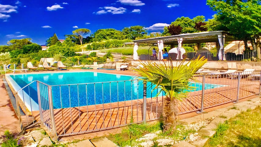 Spoleto By The Pool:APT 2/sleeps 4