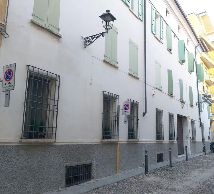 Le cinque finestre sulla strada