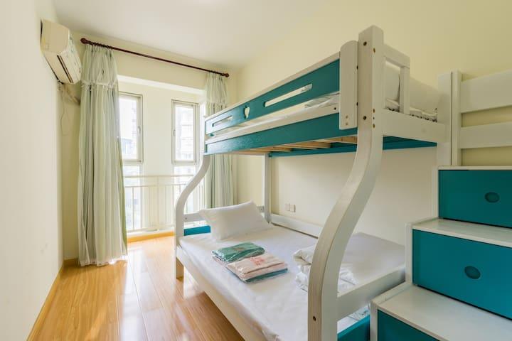 高低铺次卧,下铺1.2*2米,上铺1*2米,乳胶床垫,五星级全棉贡缎床品---舒适睡眠的保障。。。格力分体空调,制冷快,效果好