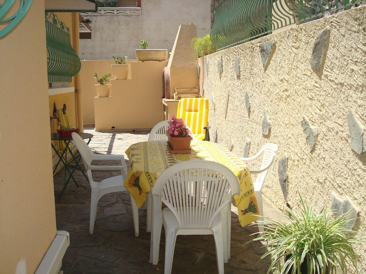 Une terrasse a l abri des regards d environ 15m2 avec mobilier de jardin et barbecue