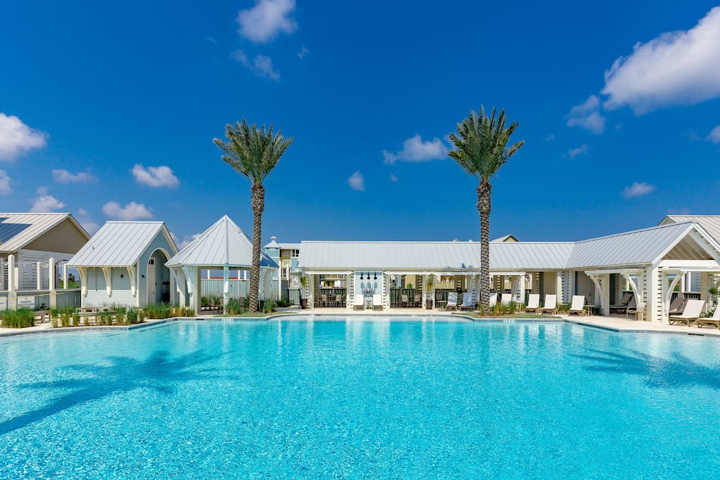 Take a dip in the gorgeous shared pool.