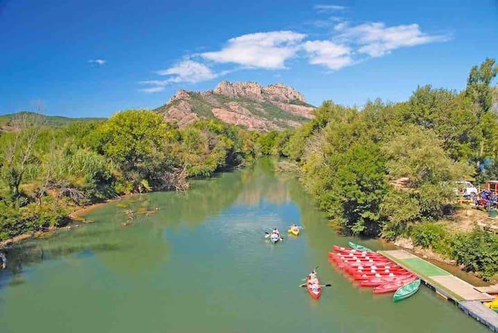 Canoë Kayak sur l'Argens, Rocher de Roquebrune-Sur-Argens en fond
