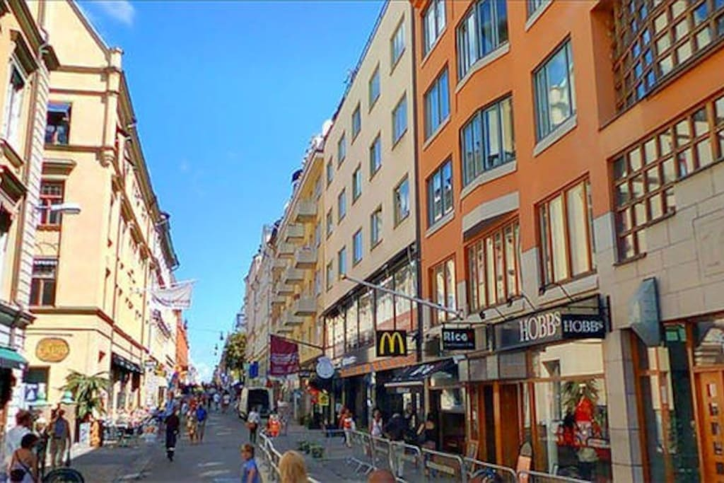Area with great coffe, restaurants, shops, stores and parks.