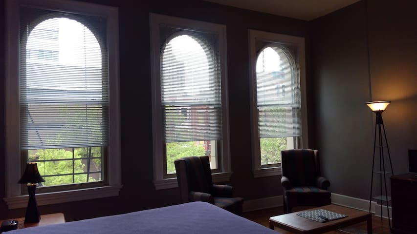 Quiet Studio! Downtown Cincy. Free overnight parkg