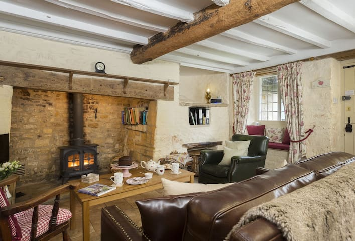 Living room area, inglenook fireplace and historic breadoven