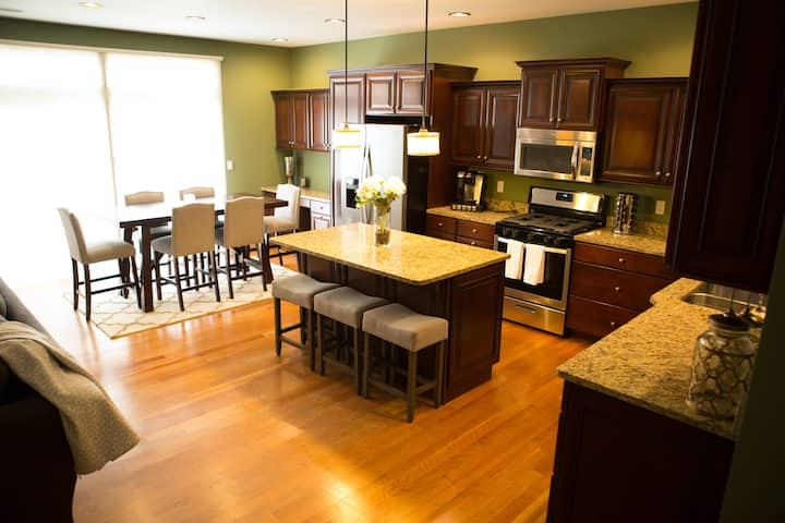 Entire Townhouse Steps from Notre Dame. Sleeps 10+