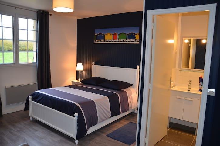 """Chambre """"Cerise"""" proche de Deauville - Saint-Étienne-la-Thillaye - Bed & Breakfast"""